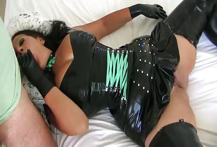 Stämmige Mutti wartet auf dich auf dem Bett