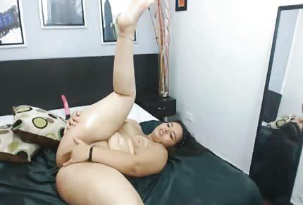 Mollige Brünette und ein großer Penis