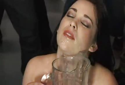 Amy Starz trinkt Sperma