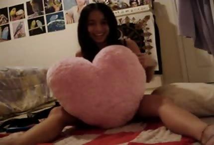 Junges Thai springt aus ihrer Kleidung auf dem Bett