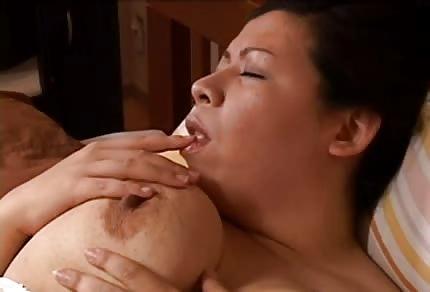 Fette Frau unter der Dusche