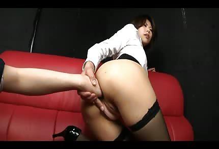 Japanerinnen spielen auf dem Sofa