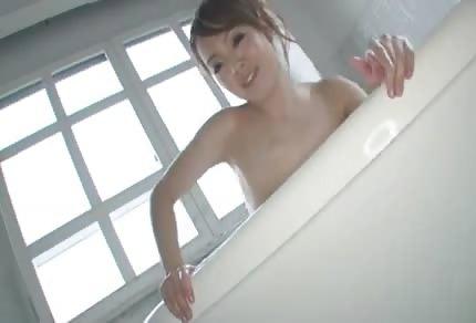 Asiatin mit großen blassen Titten
