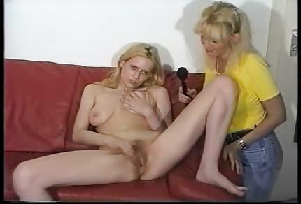 Blondine spielt mit ihrer haarigen Muschi