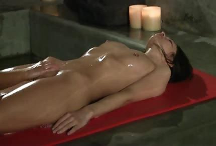 Massage von einer rasierten Muschi