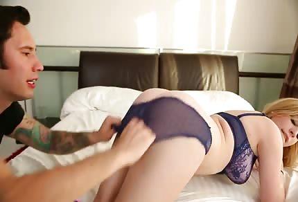 Poppen auf dem Bett