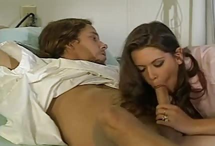 Sie leckt seinen Penis