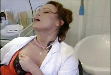 Unartige Krankenschwester spielt allein