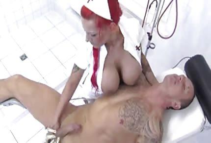 Rothaarige Krankenschwester mit riesigen Titten