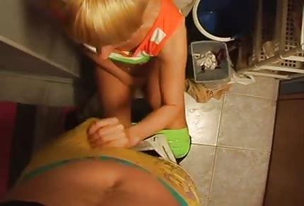 Blondine wurde auf der Toilette gefickt