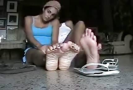 Sie spielen mit ihren Füßen
