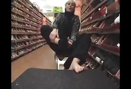 Neue Schuhe für diese Blondine