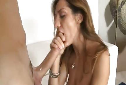 Schöne Tussi lockt mit ihrem geilen Körper