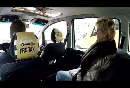Reife Blondine im Auto