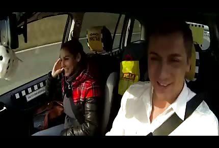 Vollbusige Brünette in seinem Auto