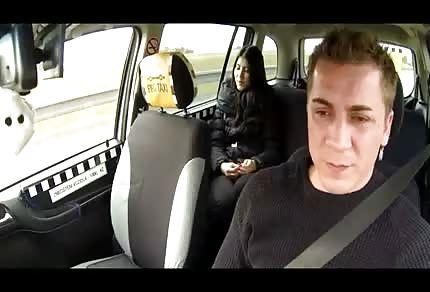 Dunkelhaarige in seinem Auto