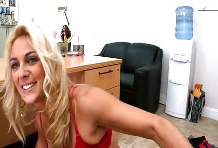 Sexy schlanke Mutti und ihr Freund