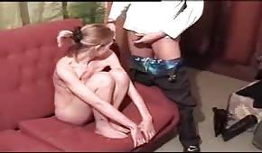 Blondine will ihm lutschen