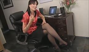 Sie zieht ihre Klamotten in der Arbeit aus