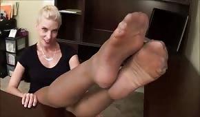 Heiße Blondine mit schönen Beinen