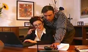 Entzückende Sekretärin mit großen Titten
