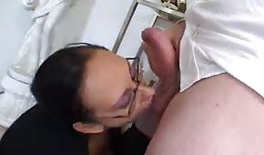 Sie Leckt Sein Arschloch