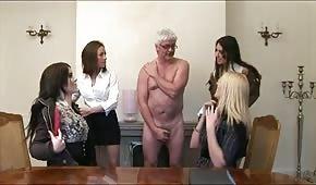 Sexy Tussis mit einem älteren Mann