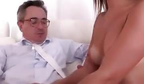 Er will ihren nackten Körper sehen