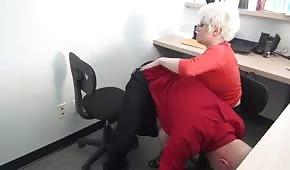 Reife Blondine im Büro