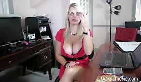 Blondine mag ihre Titten zeigen