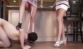 Kerl will ihre Füße lecken