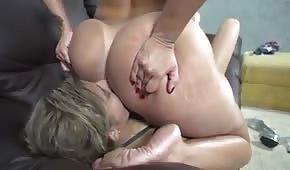 Sie setzt sich ihr auf das Gesicht