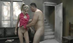 Blondine will mit ihm spielen