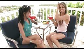 Mädchen und eine Gurke