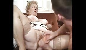 Junger Typ fickt ihre Titten