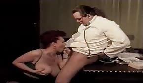 Schwanz des Arztes zwischen ihren Titten