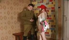 Rotschopf von einem Soldaten gefüttert