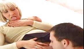 Reife Blondine mit großen Titten