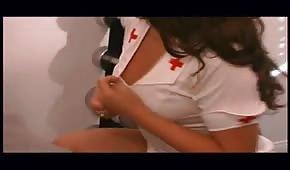 Alter Knacker fickt eine schöne Krankenschwester