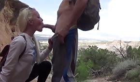 Sexy Blondine bläst ihm einen