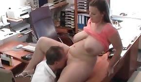 Er vögelt eine großbusige Frau im Büro