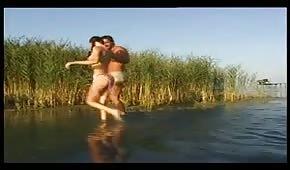 Er zieht eine gute Hündin auf den See