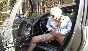 Reife Mutti masturbiert im Wald