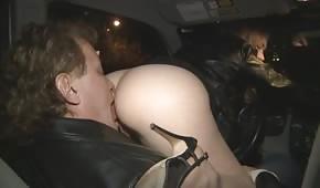 Er leckt ihren Arsch