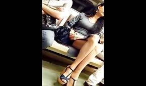 Lange Zilienbeine in der U-Bahn