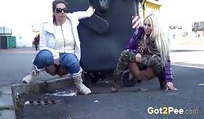 Die Babes pinkeln auf der Straße