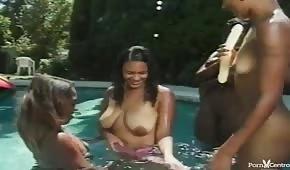 Naked Ebenholz im Pool