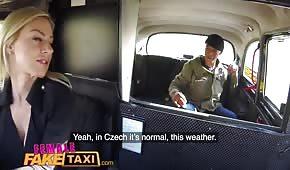 Sex im Taxi mit einer Silikonblondine