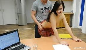 Sex auf dem Schreibtisch mit einer kleinen Brünette