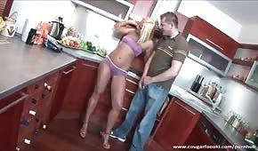 Sex in der Küche mit einem goldhaarigen Mädchen